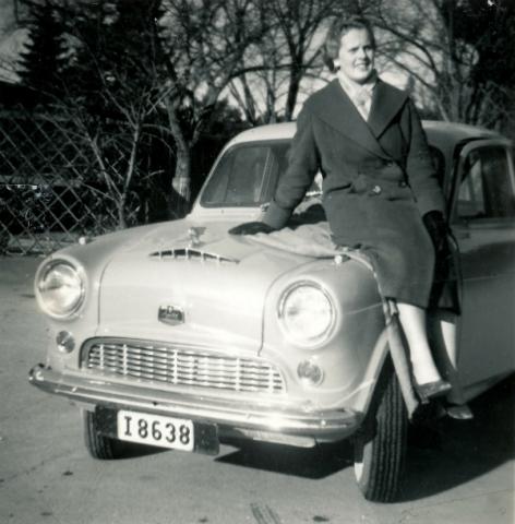 Inga-Britt Hallander Allmunds 872, född 1938 och gift Gustavsson Visby, på motorhuven.