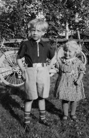 Allmunds 872 KH.Karl-Johan Hallander (1935) och hans syster Inga-Britt (1938).