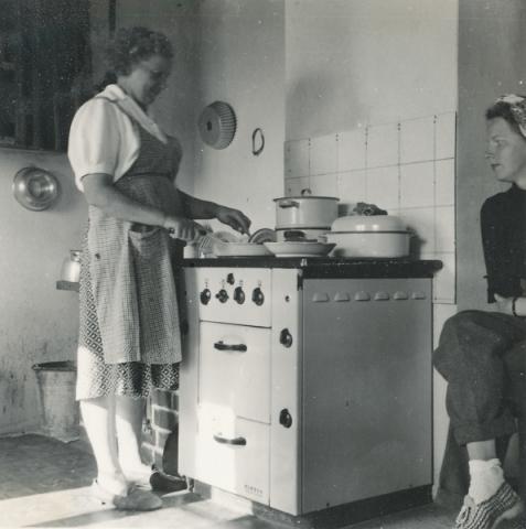 Matlagning i köket på Allmunds 872: vid spisen Mia Hallander, född Jakobsson vid Pilgårds 392 år 1905
