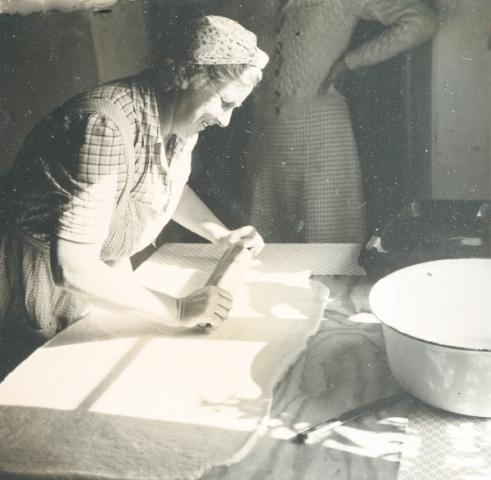 Allmunds 872: Mia Hallander, född Jakobsson vid Pilgårds 392 år 1905, i baktagen.
