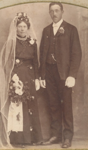 Anton Johansson Hallbjänne 545, född 1890, gifter sig 1915 med Ingeborg Olsson från Etelhem.