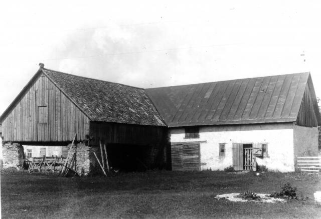 Ladugårdens östra del vid Hallute 124. Riven 1914.