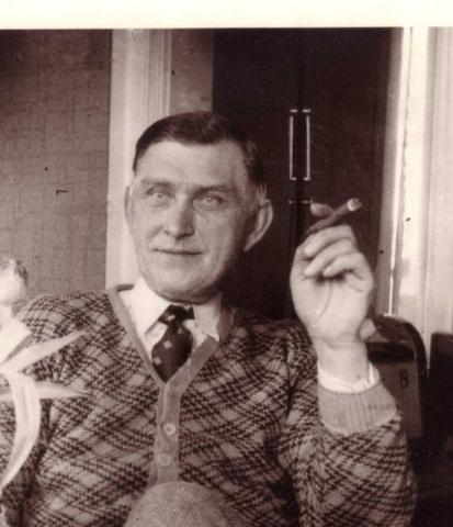 Hallute 115: skräddaren Oskar Olsson, född 1890 – pappa till Lennart Olsson – med cigarr.