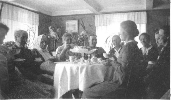 """""""Kaffirep"""" vid Haltarve 213: Från vänster okänd, sedan troligen Jakob – Klockar Jakob – Jakobsson Haltarve 213, född 1857 vid Maldes 322, och hans hustru Augusta född Närdahl 1857; deras dotter Anna, född 1892 och gift Dalby vid Bomunds i Hammaren 522; och sonen Ragnar Jakobsson född 1894; sedan Agda Jakobsson Hallute 146, född 1897, därefter okända"""