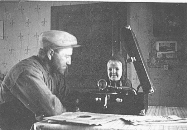 Ragnar Jakobsson Haltarve 213, född 1894, – även kallad Klockarens Ragnar – med Lars-Ove Pettersson Hägdarve 158, född 1939. Kortet är taget 1941.