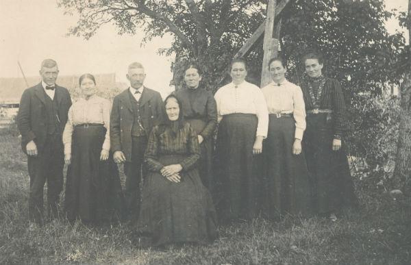 Mor med sju barn vid Frigges 342: modern Magdalena Olofsdotter, född 1847 och gift Larsson; bakom henne från vänster Jakob Pettersson, född 1873, som emigrerade till USA; Karolina född 1870 på Frigges 342, gift med Karl Larsson Rikvide JL; Johan Pettersson, född 1867 gift till Frigges 345; Selma, född 187,7 gift Olsson vid Öndarve 880; Augusta, född 1880, gift Jakobsson vid Kulle 862; Julia, född 1882, gift Larsson vid Dalbo 474 och flyttade senare till Burs; Magda, född 1888, gift Thomsson vid Dalbo 474.