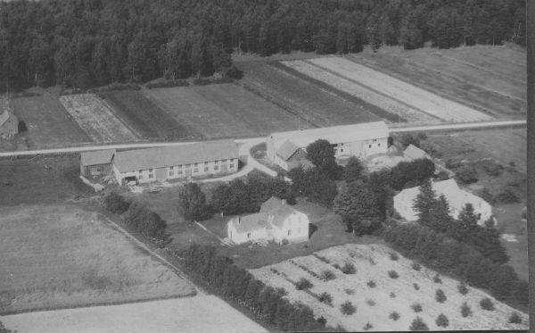 Till höger ligger Bomunds i Hammaren 522 som i dags ägs av Ola Häglund, född 1945. Bostadshuset uppfördes på 1880-talet och gården har tillhört familjen Häglund sedan 1920. Till vänster ligger Hallbjänne 516 som i dag ägs av Katrin Brännström och Mikael Lundberg, som bor i Stockholm. Huset uppfördes på 1860-talet och där bodde under olika generationer familjen Gardell.