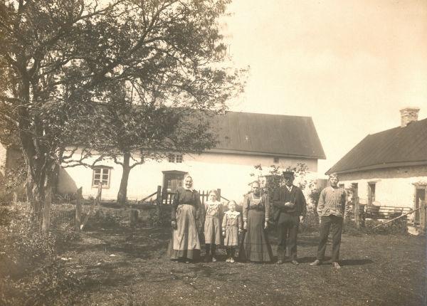 """Alvare 435 ca 1920 med familjen Häglund: från vänster: Jakob Häglunds mamma Lisa-Maja Hansdotter, född på Alvare 435 år 1845; Jakob och Augustas döttrar Signe Häglund, född 1907, gift till Bomunds i Hammaren 526, och Hulda Häglund, född 1911, gift Schüberg Alvare 435, Jakobs hustru Augusta Larsson från Fie i Lau, född 1884, """"Alvre Jaku"""" Jakob Häglund, född 1867, samt Olof Häglund, född 1901, systerson till Jakob som utvandrade till USA."""