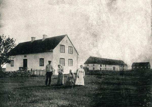 Smiss 610: Från vänster Jakob Larsson, född 1890; med hustru Anna Jakobsson, född 1894 från Heffride i Burs. Anna har dottern Astrid, född 1917 i famnen. Jakobs mormor Charlotta Persson Smiss, född 1838 på Närsholms vaktarboställe; samt Jakobs syster Hildur, född 1884, gift Jakobsson vid Smiss 612.