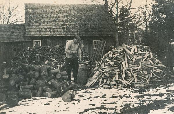 Klockar Oskar Jakobsson Hallute 146, född 1892, hugger ved