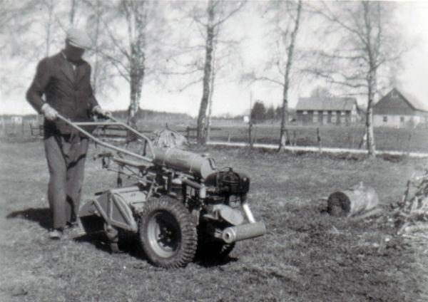 Skräddaren Oskar Olsson Hallute 115, född 1890, med jordfräs