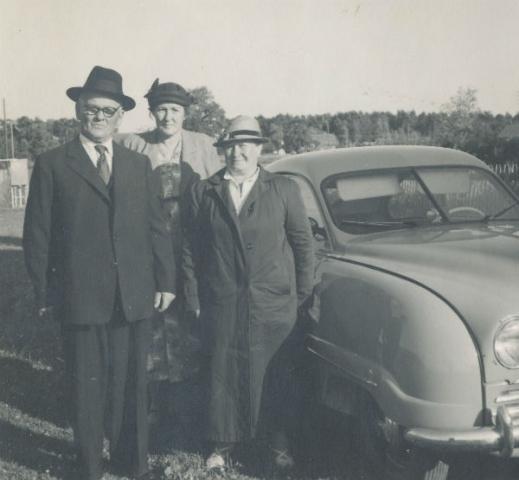 Emil Dalkvist Smiss 523, född 1887; Agnes Pettersson Bomunds i Hammaren 514, född 1905; Emils hustru Emelie Dalkvist född Pettersson vid Gajbjenne i Burs. Emil och Emelie var farfar och farmor till Birgitta Dahlqvist.