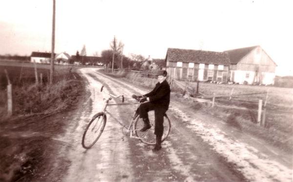 Vägen mot Lau. På cykeln en ung Lennart Olsson Hallute 115, född 1935.