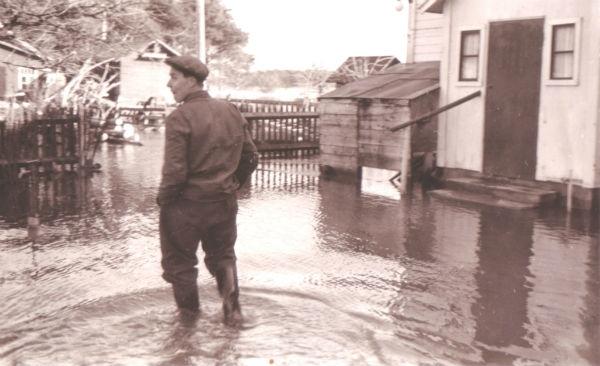 Översvämning vid Hallute 309: På bilden Axel Svahn, född i Stockholm 1922.