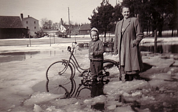 Översvämning i Närsån: På bilden Karin Svahn Hallute 309 född Johansson i Näs år 1927, med dottern Sylvia, född 1951.