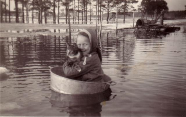 Översvämning i När: Sylvia Svahn Hallute 309, född 1951, med sin katt på åktur i badbaljan.