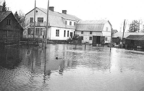Översvämning vid Lesley Petterssons affär Hallute 171.