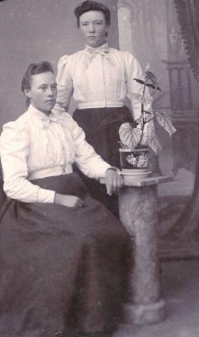 Till vänster Anna Olofsdotter, född 1881, på Mickelgårds 302, gift Pettersson och till höger hennes yngre syster Berta Olofsdotter, född 1885, på samma gård och gift 1906 med Jakob Hallqvist, Pavals 308