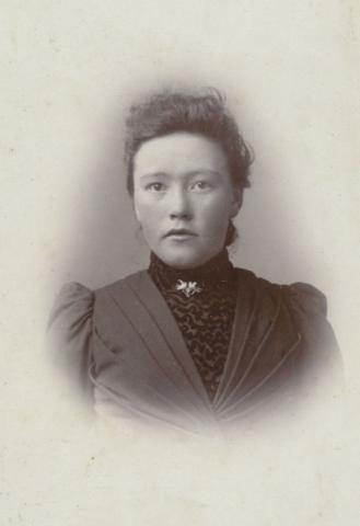 Berta Olofsdotter, född 1885 på Mickelgårds 302, gift 1906 med Jakob Hallqvist på Pavals 308.