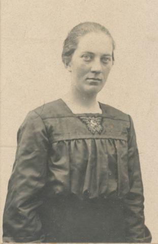 Olga Olsson, född 1897 på Öndarve 880, gift 1927 med Rudolf Johansson på Frigges 348.