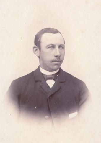 Jakob Jakobsson Frigges 344, född 1873 och gift 1911 med Vendla Larsson från Fie i Lau.