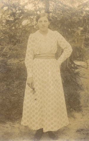 Ester Pettersson Frigges 345, född 1899, gift Larsson år 1921 vid Hallbjärs 613.