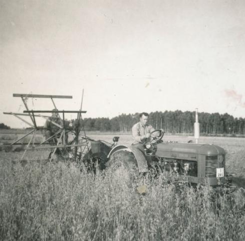 Axel Pettersson Bomunds i Hammaren 514, född 1922, på traktorn; och brodern Albert Pettersson, född 1910, på självbindaren.