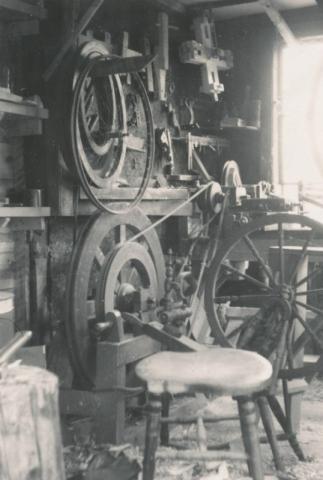 Maskiner för tillverkning av spinnrockar i Oskar Petterssons Bomunds i hammaren 526 verkstad.
