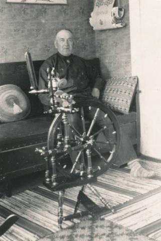 Oskar Pettersson Bomunds i Hammaren 526, född 1879, tar igen sig i soffan.