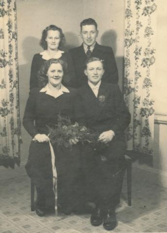 Bröllop 1944 mellan Ragnar Johansson Mickels 329, född 1918, och Birgit Jansson från Klinte född 1922. Bakom brudparet brudgummens syster Inga Johansson Mickels 329, född 1920 och gift Nilsson vid Nicktjups 233 och hennes man Alfred Nilsson Nickstjups 233, född 1911 vid Tiricker 832.