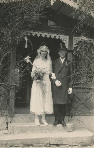 Bröllop 1927 mellan Ivar Pettersson Bomunds i Burgen 802, född 1904, och Anna Larsson Hemmor 905, född 1902.