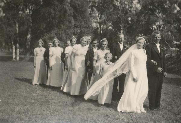 Bröllop mellan Maria Nilsson Matisse 247, född 1918, och Fritz Pettersson Heffride Burs. Första tärna är Marias syster Marta Nilsson Matisse 247, född 1920 och gift Mattsarve Lau; marskalk Erik Persson; bakom bruden brudnäbben Brita Nilsson Mickelgårds 395, född 1932 och gift Thomsson.