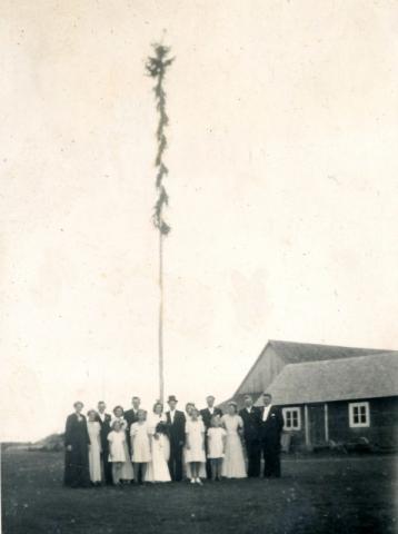 Axels ungmansstång: från bröllopet 1945 mellan Axel Häglund Bomunds i Hammaren 522, född 1916, och Greta Pettersson Maldes 330, född 1924.