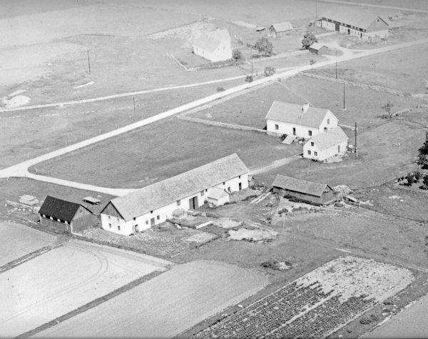 Flygfoto över Smiss 610 där Sola och Sören Larsson bor i dag. Släktgård sedan 1740-talet.I bakgrunden syns Hallbjärs 611. Släktgård som ägs av Louis Funk.