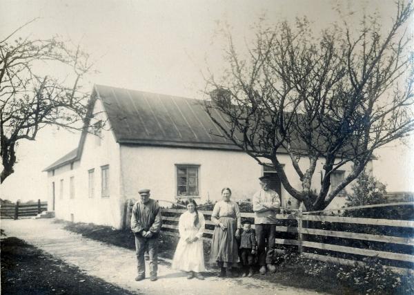 Öndarve 880: Fotot från ca 1918 när gården ägdes av Petter Olsson: Från vänster Petters far Olof Olofsson, född 1840; dottern Märta Olsson, född 1903 och gift till Maldes 328; Selma Olsson, född Pettersson vid Frigges 342 år 1877; gift med Petter Olsson, född 1873. Mellan dem sonen Evert Olsson, född 1914 och gift Gangvide 513. Nuvarande ägare är Petters sonson Bertil Olsson.