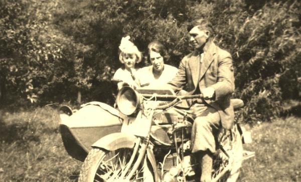 Skräddaren Oskar Olsson Hallute 115, född 1890, med familj – hustrun Mary, född Sandstedt 1893, och dottern Gunnel, född 1930, på motorcykel med sidvagn. Lennart Olssons, som då ännu inte var född, familj.