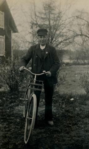 "En elegant cyklist: ""Frigges Kalle"" Kalle Jakobsson Frigges 344, född 1893, den siste Hjorterianen."