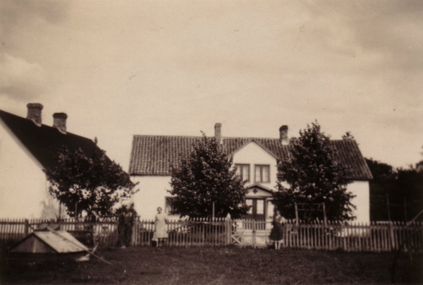 Mickelgårds 393 som i dag ägs av Lennart och Riitta Olsson. På bilden syns från vänster Josef Larsson f. Hemmor (1896), Linda Larsson f. Nilsson (1902), Anna Nilsson Mickelgårds (1897).