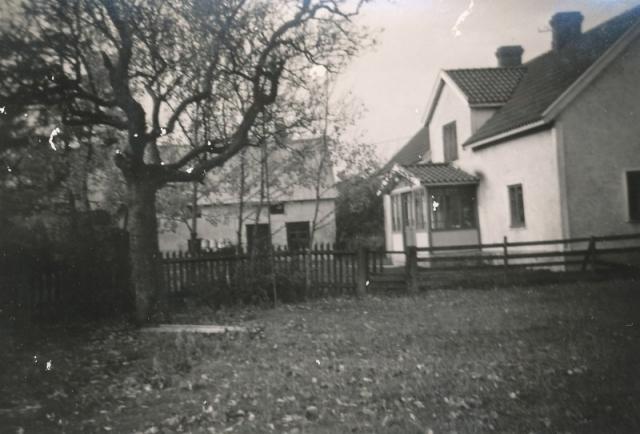 Bild av Frigges 344 där Herman Jakobsson, född 1911, bodde. I dag bor Rolf och Margareta Pettersson som tidigare innehade Frigges 339 i huset.