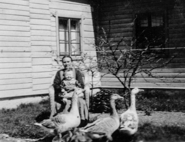 Smiss 616 KL, Farmor Anna Larsson (1872) född Häglund vid Alvare 435 BS och barnbarnet Anna-Lisa (1935) gift Henriksson vid Hägdarve 403 HP medan gässen marscherade förbi.