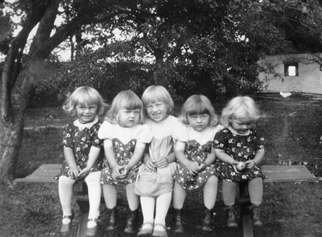 Kusinträff i Nylunda: från vänster Ingrid Pettersson från Maldes 539 (1936), gift till Hemse; Irma Pettersson från Bomunds i Hammaren 526 KP (1936), gift Jakobsson; Alvhild Pettersson vid Bomunds i Hammaren 526 KP (1933); Irmas tvillingsyster Berit Pettersson (1936), gift till Levide; Iris Pettersson vid Maldes 539. gift Thoren Hallute.