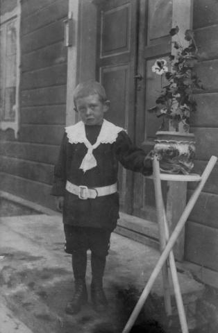 Det där med fotografering är inte så roligt. Gunnar Johansson vid Hallbjänne 545 GJ (1916).