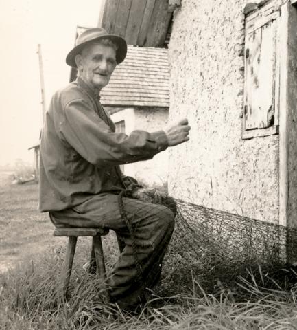 Jakob Jakobsson Bomunds i Hammaren 510, född 1883, och morfar till Lång-Allan Nilsson, lappar nät vid Djaupdy