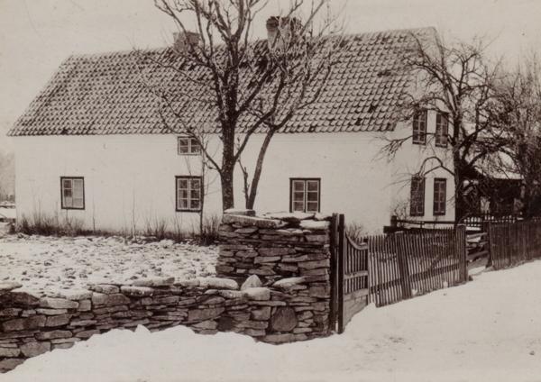 En vinterbild av Alvare 441 där Alvare Allan Nilsson växte upp.