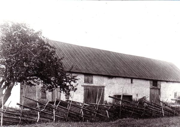 Baksidan av ladugården vid Hallute 124 mittemot NärBodi: bilden är tagen när Ernst Eklund, född 1866 och död 1915,drev gården.