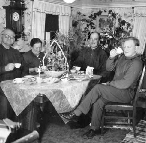 Julkaffe vid Smiss 523 från vänster Emil Dahlkvist (1887); hustrun Emelie, född Pettersson från Burs; sonen Gustav Dahlkvist (1925); Karl-Erik Lindberg Folke 529 (1923).
