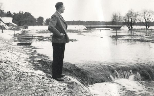 Närsån kan skapa problem: fiskaren Gustav Dahlqvist Smiss 523 vid Nybro, född 1925, ser ut över den översvämmade ån.