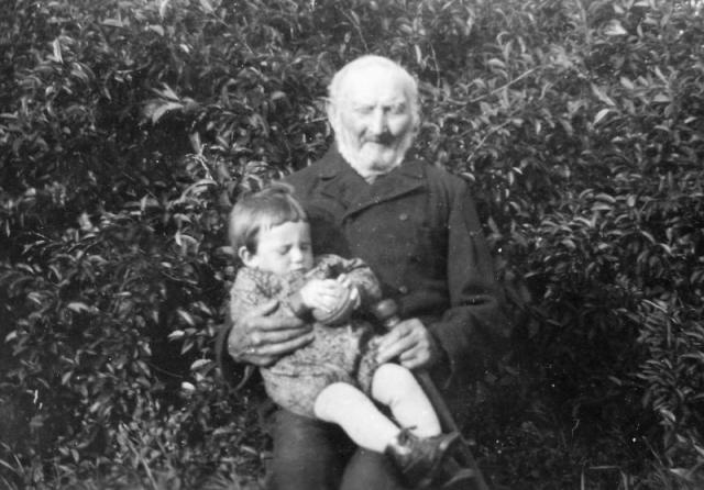 En farfars far med sin sonsons son; Johannes -Fader Johan-Johansson vid Frigges 348 RJ (837-1933) med Johan Johansson (1929).Johans farfar Karl Larsson dog i tidig ålder och Fader Johan fick hjälpa änkan med att sköta gården tills det äldsta barnbarnet Rudolf Johansson kunde ta över.