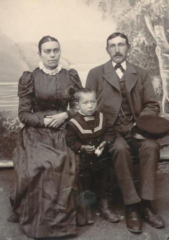 Från höger Karl Johansson Frigges 348, född 1871, som övertog familjegården och gifte sig med Matilda Larsson från Fie i Lau. Mellan föräldrarna sonen Rudolf, född 1898, som senare övertog gården.