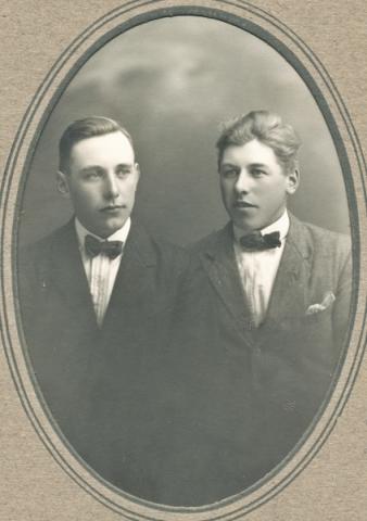 Bröderna Karl och Gunnar Larsson vid Smiss 616. Karl, född 1901, övertog familjegården medan Gunnar, född 1904, utvandrade till USA. Bilden kan vara tagen strax innan Gunnar reste i väg.
